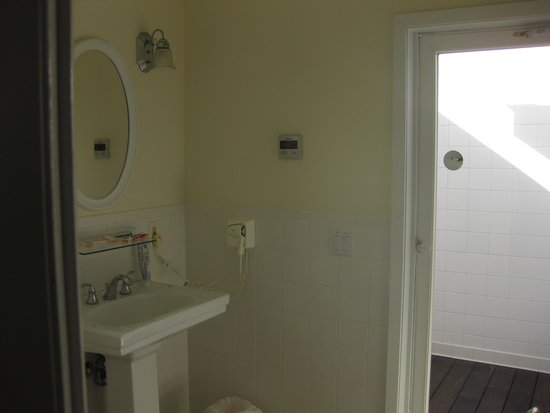 Tail Winds Resort: Bathroom view 1