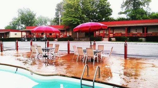 Cedar Wood Resort : Swimming pool w/jetted seats