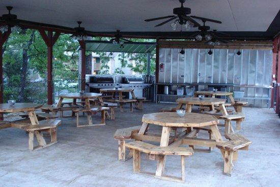 Cedar Wood Resort : covered pavilion w/grills, lighting, and fans