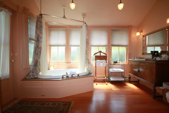 Spinnakers Brewpub and Guesthouses : Room 1 Ensuite