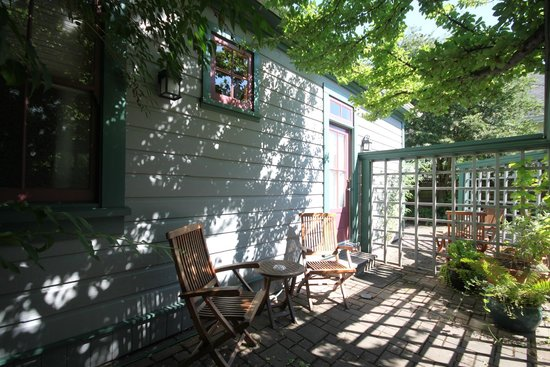 Spinnakers Brewpub and Guesthouses: Room 3 Private Outdoor Space