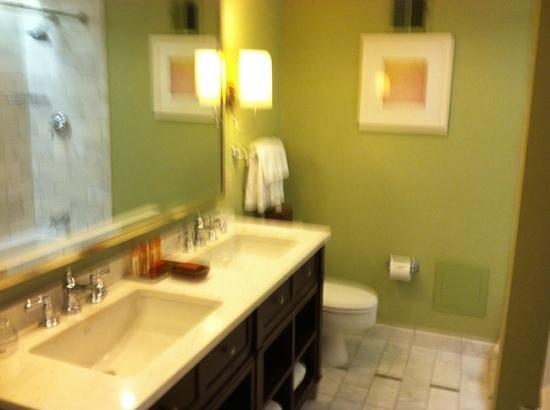 Hotel del Coronado: bathroom