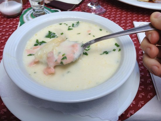 Cafe Knösel: Asparagus soup with some salmon