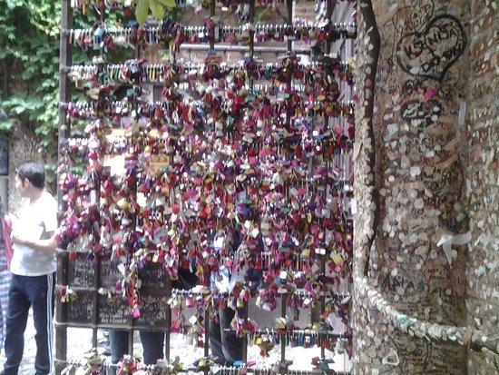 Casa di Giulietta: Candados en la reja de la casa de Julieta