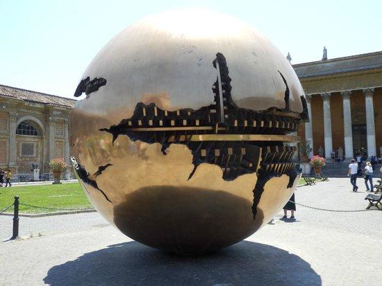 Vatikanische Museen (Musei Vaticani): Courtyard rotating sculpture