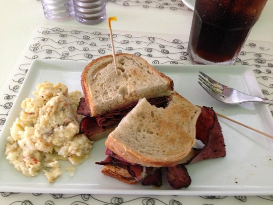 Lluvia Deli Bar & Artefacto: Rueben sandwich with potato salad