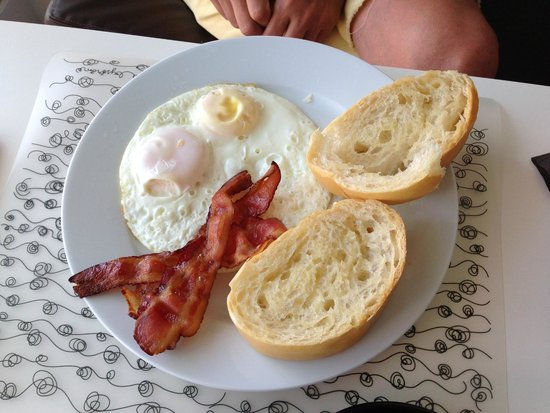 Lluvia Deli Bar & Artefacto: Eggs with bacon and bread