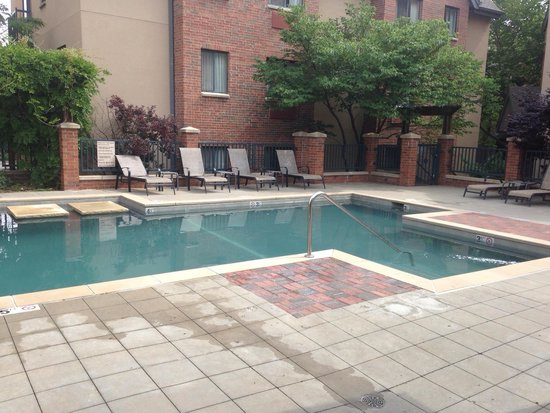Hawthorn Suites by Wyndham Overland Park: Pool area