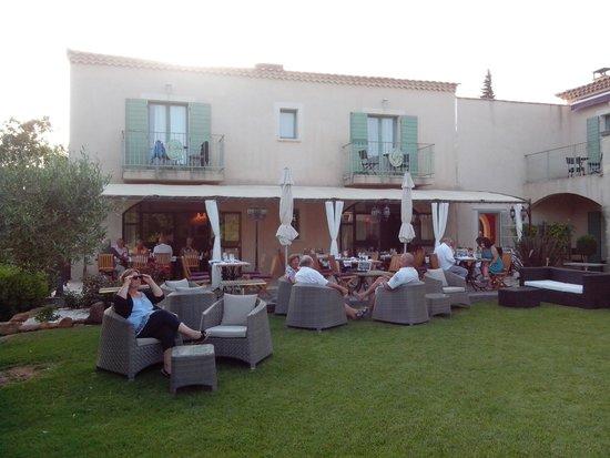 Le Clos de Pradines: la terrasse du restaurant