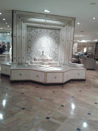 Hotel Atlas Asni: Fontaine hall d'entréé