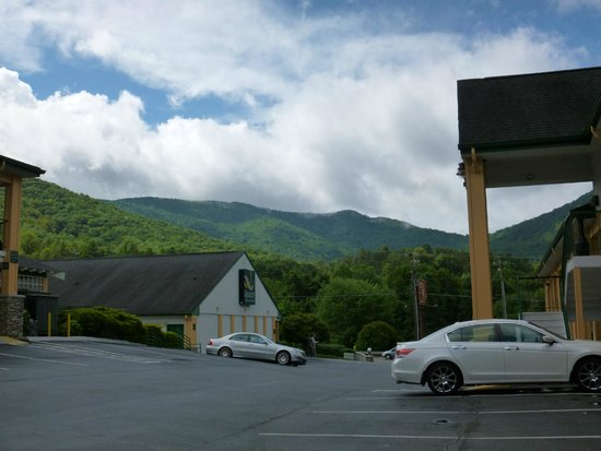 Quality Inn & Suites Biltmore East: A view from parking lot near room 231.