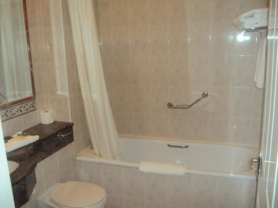 Woodlands Hotel: Shower/bath