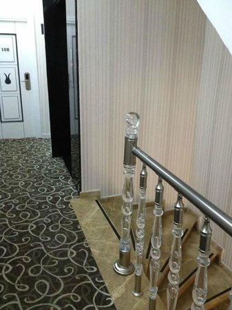 Hotel Black Tulip: Geländer zu tief und zu wackelig