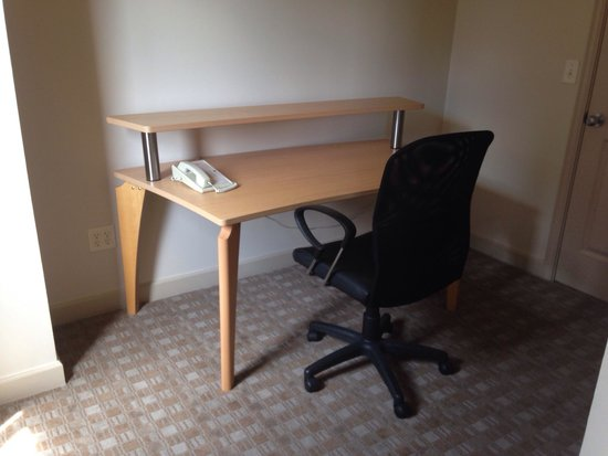 Hawthorn Suites by Wyndham Overland Park: Office of of master bedroom