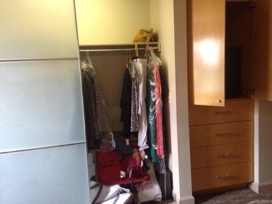 Hawthorn Suites by Wyndham Overland Park: Master bedroom closet & entertainment center