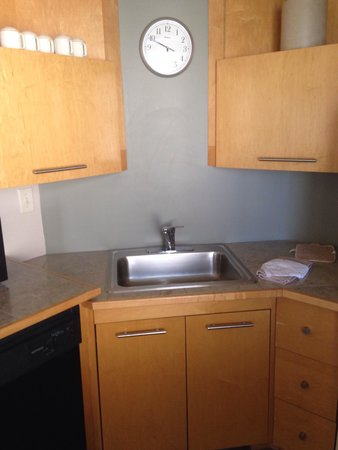 Hawthorn Suites by Wyndham Overland Park: Kitchen sink, dishwasher, eating utensils in the drawer as well.