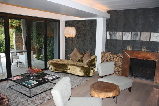 Kensington Place: Cozy sitting room with fireplace