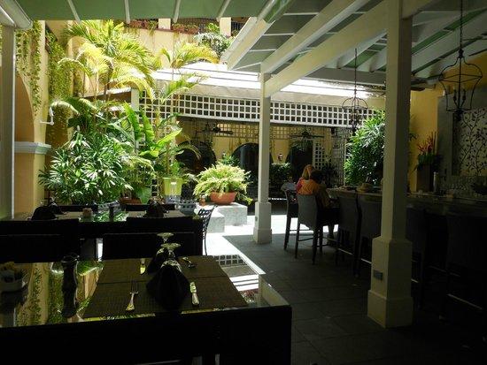 Patio del Nispero: Light and airy courtyard