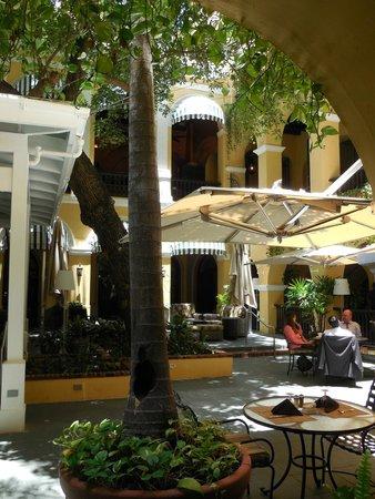 Patio del Nispero: Courtyard