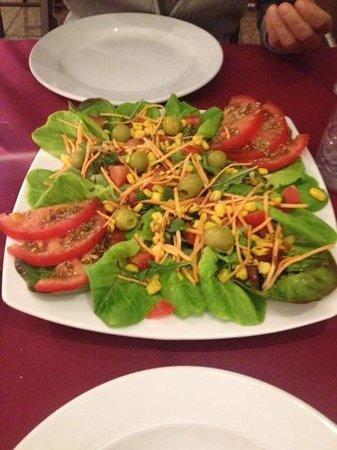 Pizzeria Los Amigos: einfacher, gemischter Salat. Günstig und gut!
