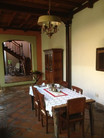 Hotel Casa Antigua: Courtyard Breakfast table