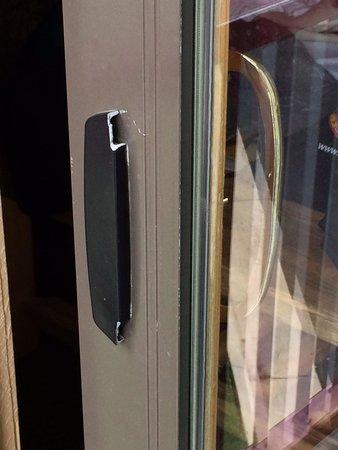 Great Wolf Lodge : Broken balcony door handle