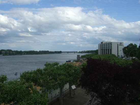 Hilton Mainz: View of hotel on the riverside