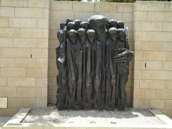 Memorial del Holocausto Yad Vashem: sculpture in remembrance of the imprissoned jews
