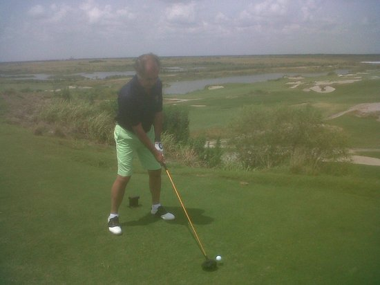 Streamsong Golf Clubhouse: Salida del hoyo 1 de la Blue Course. Está a 25 metros sobre el nivel del fairway