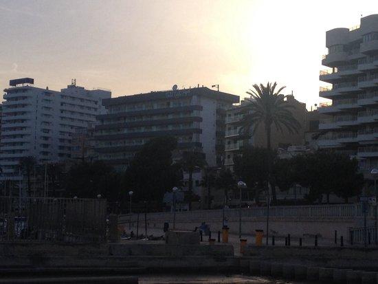 Hotel Costa Azul : Вид на отель из прибрежного ресторана Darsena.