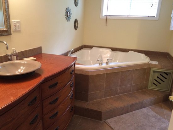 White Rose Inns: The beautiful whirlpool tub in the Gardeners Room