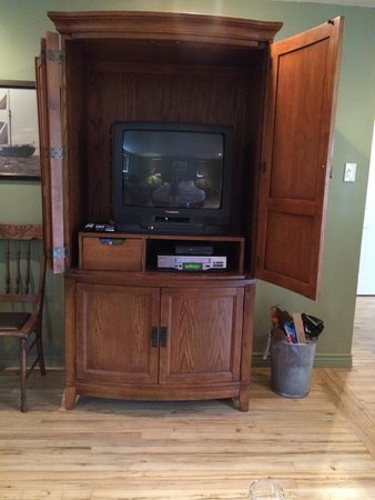White Rose Inns : Small out of date tv with VCR in the Gardeners Room