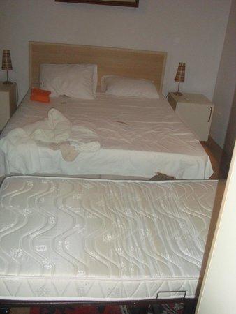 Budak Residence: apres avoir intaller le lit d'appoint plus moyen de bouger