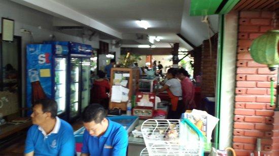 Huen Phen: 店内入り口付近