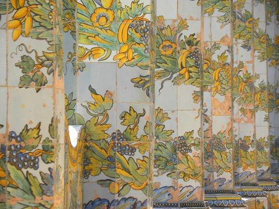 Complesso Museale di Santa Chiara : Le colonne maiolicate del chiostro di Santa Chiara