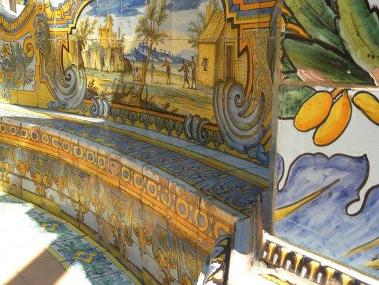 Complesso Monumentale di Santa Chiara : un mondo di colori nel chiostro di S,Chiara