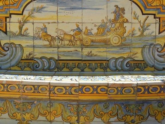 Complesso Monumentale di Santa Chiara : maioliche nel chiostro di Santa Chiara