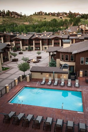 The Chateaux Deer Valley: Outdoor Pool & Courtyard