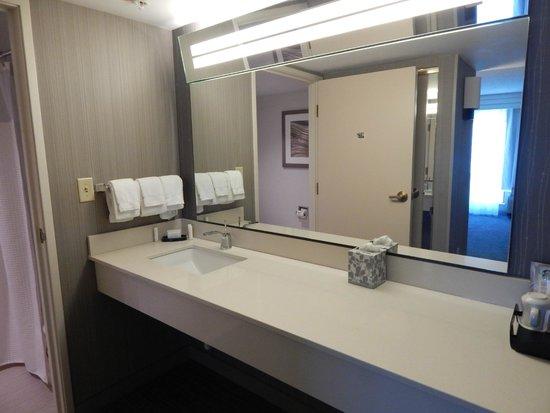 Courtyard Los Angeles Pasadena/Old Town: King Suite Bathroom