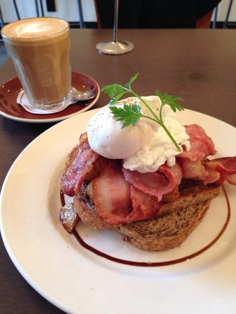 Vudu Cafe & Larder : Egg and bacon breakfast