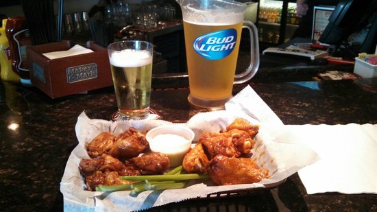 Carson's Grill : Wings and beer.