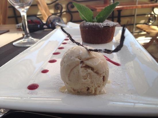 Le Vieux Moulin : шоколадный кейк с ванильным мороженым