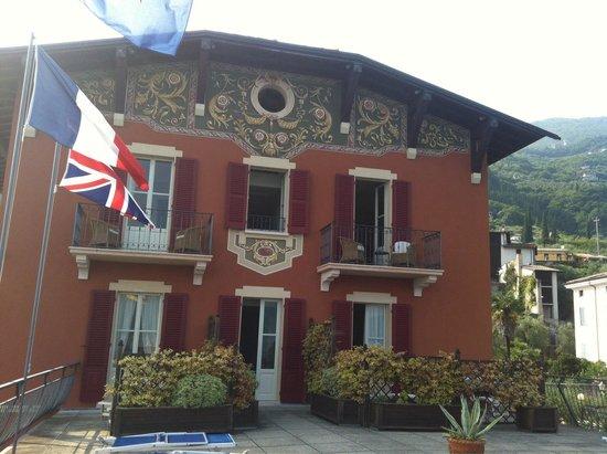 Hotel Gardenia al Lago: Hotel from upper sun deck