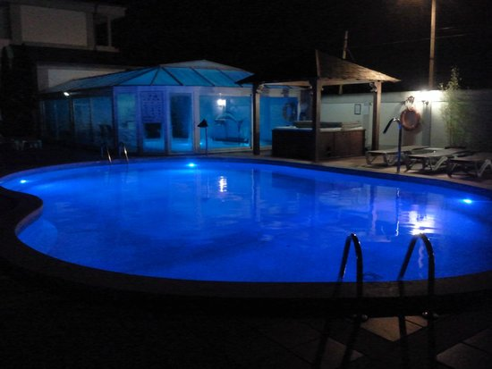Hotel Bosque-mar: Piscinas - vista nocturna