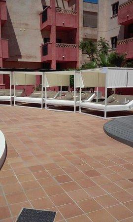 Apartamentos Leo Punta Umbria : parcos en la piscina