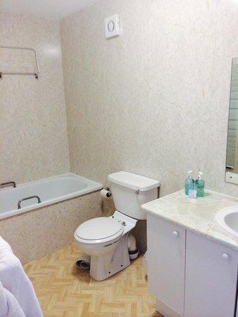 BEST WESTERN Clifton Hotel: Large bathroom