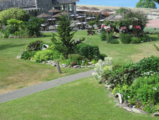 Kingfisher Oceanside Resort and Spa : gardens
