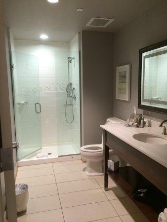Hotel Indigo Nashville : Super huge bathroom!