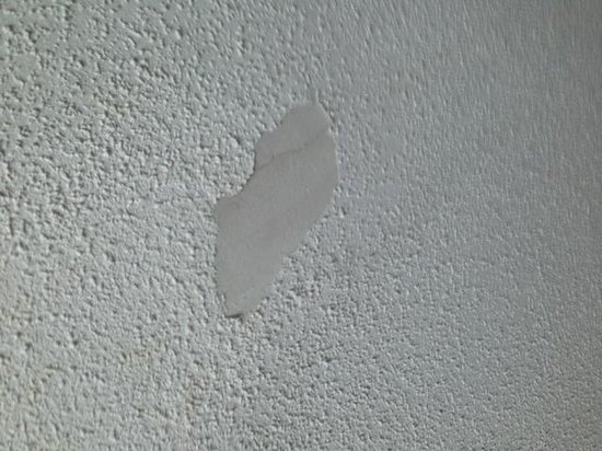 La Quinta Inn & Suites Downtown Conference Center : Bedroom Ceiling Chipped Paint