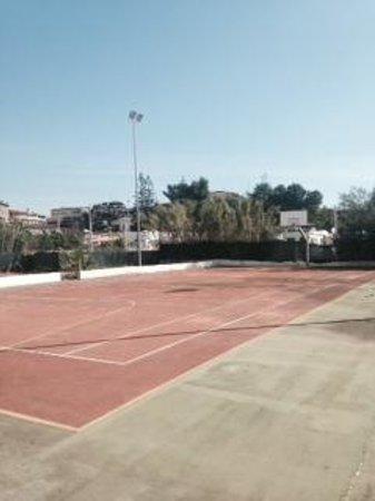 Hotel Club Helios: campo da basket senza canestri!